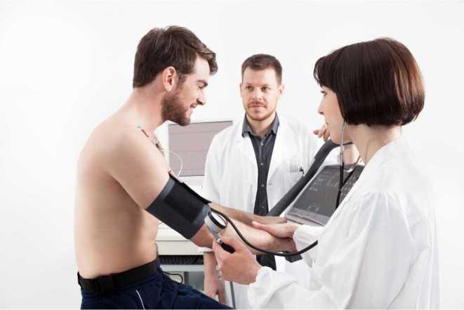 Hazte un chequeo médico para prevenir lesiones deportivas. Es increíble la cantidad de gente que ingresa a un hospital porque físicamente no estaba preparada para el esfuerzo que supone una actividad deportiva.