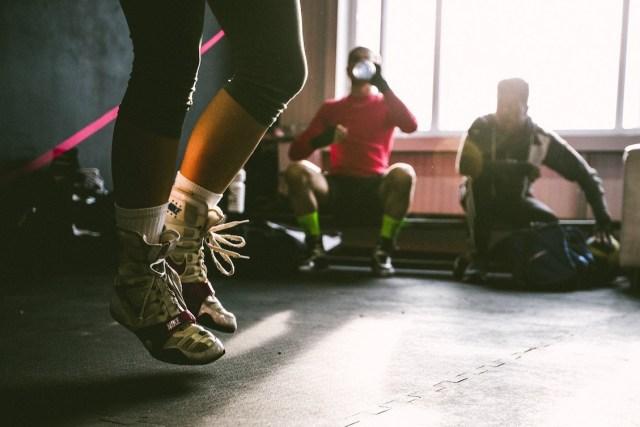Saltar la cuerda podría ser justo el cambio que tú necesitas para alternar tus entrenamientos