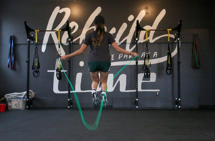 Saltar la cuerda te ayuda a desarrollar mejor el equilibrio, coordinación, agilidad y sincronización