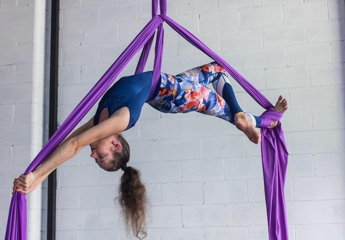 Debido a que todos los pasos de la danza aérea son suspendidos en el aire mientras el cuerpo se soporta entre telas, los ejercicios de tonificación y fuerza son llevados al máximo