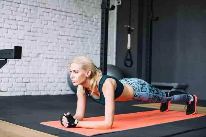 Plank es un ejercicio en el que se emplea el peso corporal, y ayuda a fortalecer el core