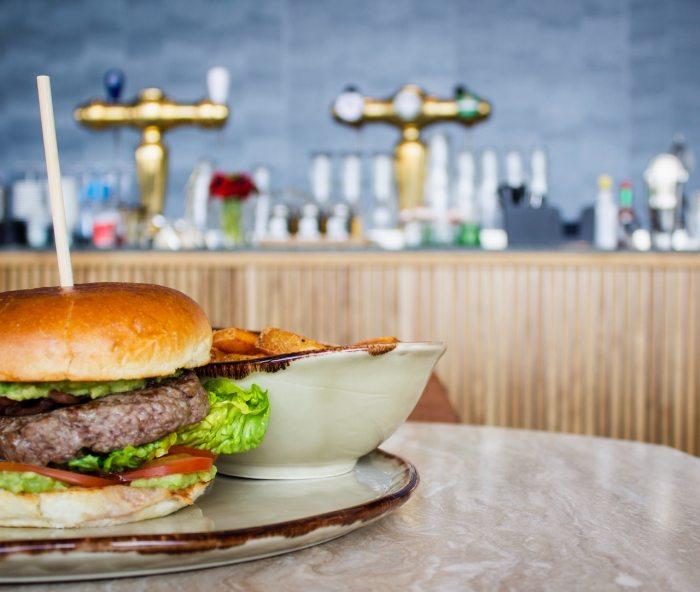 Día InternacionalLa hamburguesa clásica de carne de res es muy baja en grasa, contiene proteínas de alto valor biológico y minerales.