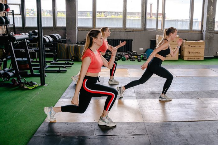 Los snacks previos al ejercicio deben ser ricos en carbohidratos complejos (azúcares de lenta digestión) como frutas, vegetales, pan o galletas integrales, arroz, pasta y cereales en general.