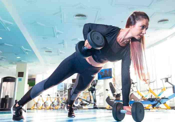 Renegade row, para aumentar la fuerza en espalda, hombros, tríceps y bíceps