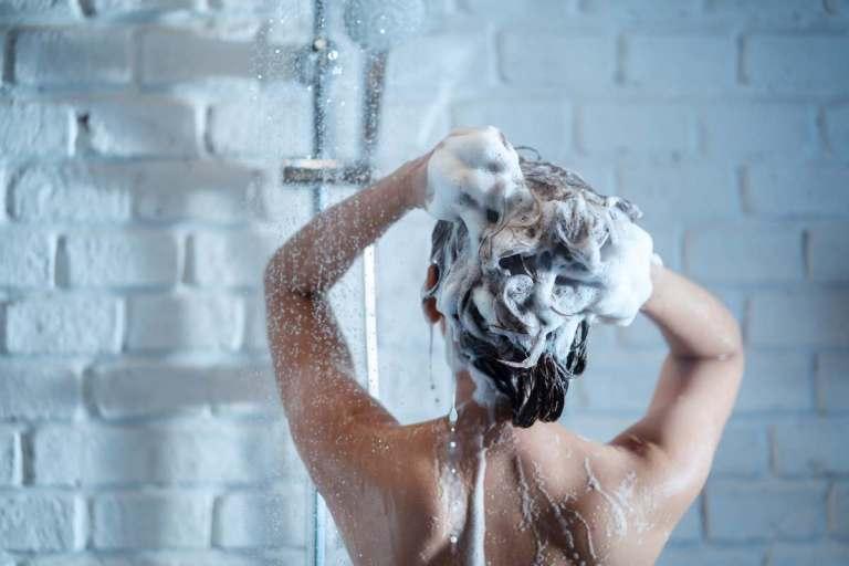 Qué tan sano es bañarte con agua fría y cómo beneficia tu salud