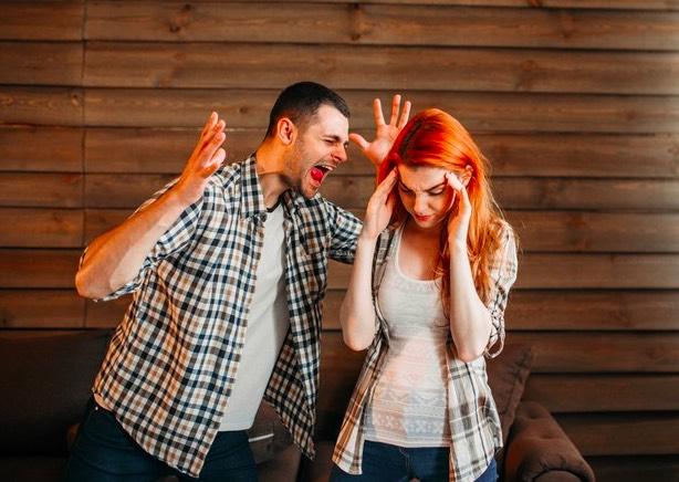 En el momento que te ponga una mano encima, tienes que salir de esa relación y contárselo a alguien cercano