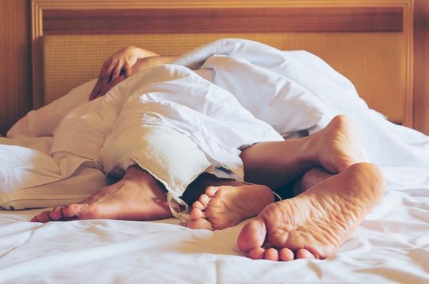 Aprovecha un encuentro pasional para relajarte con posiciones sexuales placenteras que evitarán el dolor de espalda