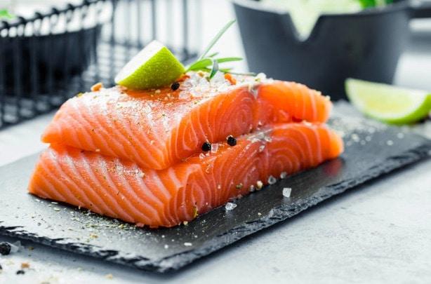 Los ácidos grasos Omega-3 que contienen pescados como el salmón, pueden ayudarte a quemar grasa abdominal.