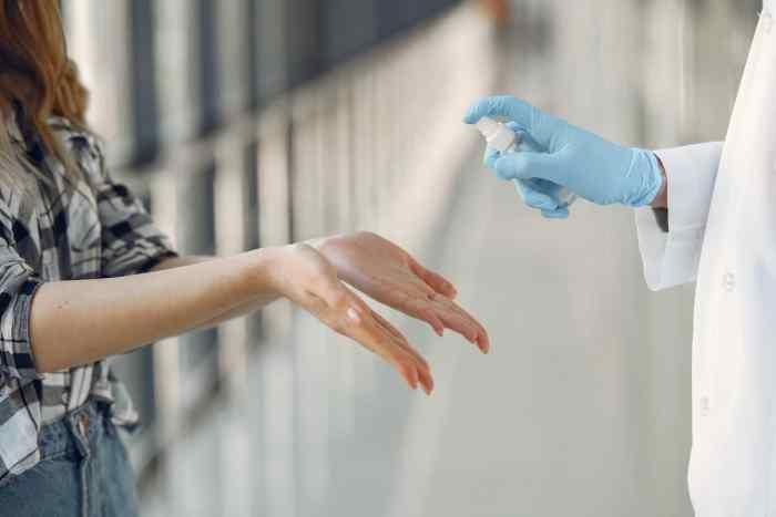 Cómo el virus del Covid permanece activo en la piel hasta 9 horas