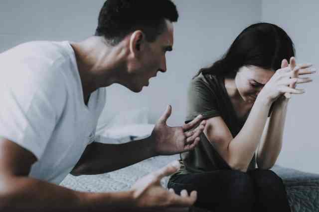 6 Señales de que estás en una relación abusiva, y debes decir 'adiós'