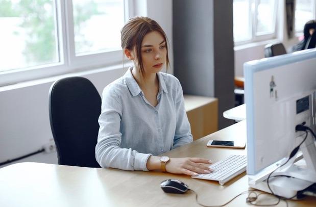 Para evitar problemas en la espalda mientras haces home office, la posición de tu computadora es muy importante.