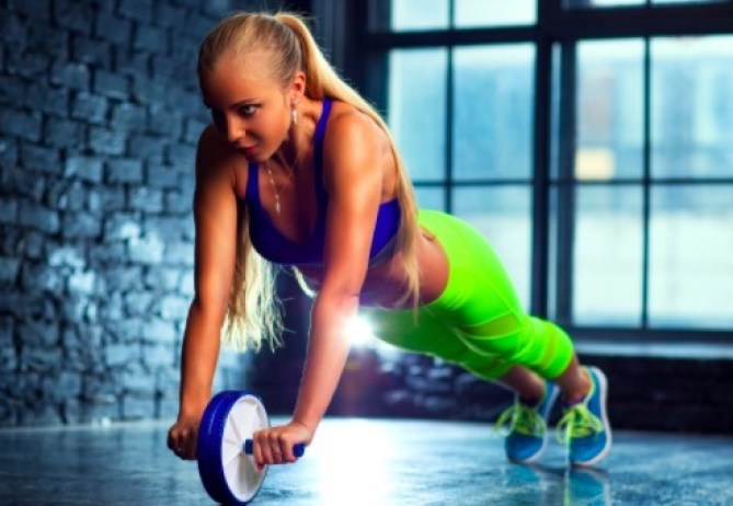 Con el plank vas a poner a prueba tu equilibrio, pues harás una plancha apoyándote en la rueda abdominal.