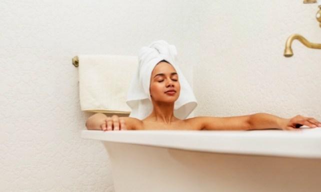 Un baño en tina es relajante y es parte del cuidado de tu cuerpo y de tu salud mental.