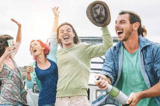 Convivir con tus amigos es la clave de la felicidad, según experto