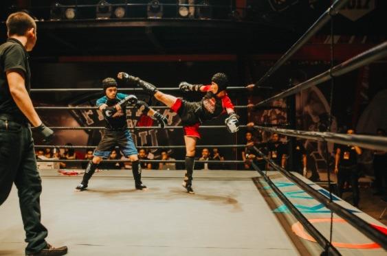 El full-contact kickboxing consiste en golpear al oponente hasta noquearlo o juntar la mayor cantidad de puntos