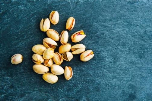 Un puño de pistaches son bocadillos saludables que aportan grasas buenas, proteína y fibra