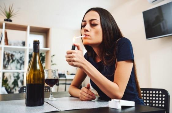 Sobrio odias el olor a cigarro, pero cuando bebes eres un experto fumador, es señal de que debes reducir tu consumo de alcohol