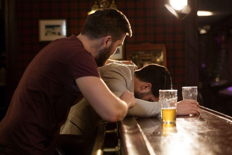 7 Señales de alarma que indican que te urge reducir tu consumo de alcohol
