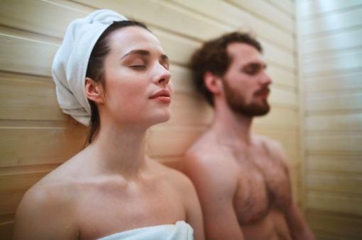 Para aliviar dolores musculares, el baño sauna es una excelente alternativa dado que estimula la circulación.