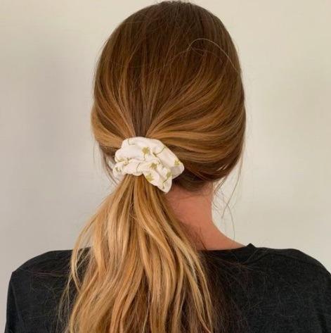 Scrunchies de moda para peinados fáciles y cómodos