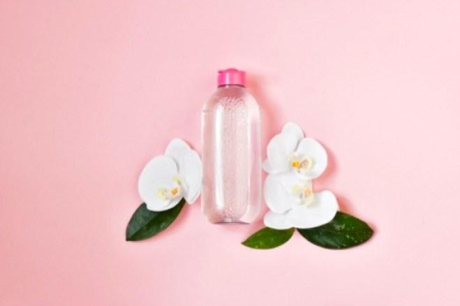 El agua micelar no sustituye el lavado con jabón especial y agua. Su función es ayudarte a eliminar la grasa o limpiar algunas impurezas antes de lavarte de cara