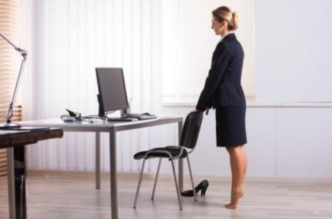 Le elevación de pantorrillas es un ejercicio frente al escritorio que te ayudará a tonificar los músculos mientras trabajas.