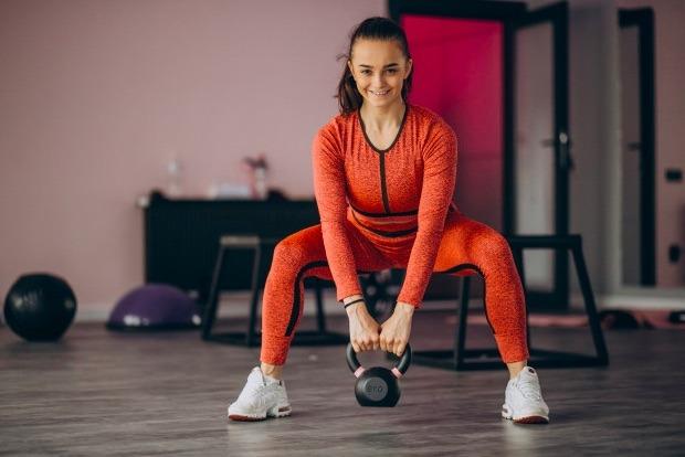 Trabaja cuádriceps, glúteos, abdominales, brazos y pantorrillas con este ejercicio.