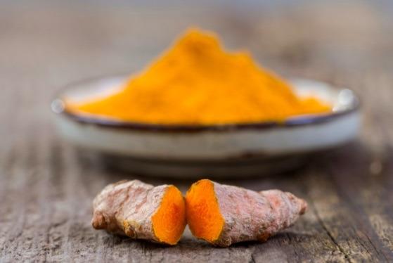 La cúrcuma es una hierba para desinflamar que podría ser el ibuprofeno natural, ya que tiene propiedades para tratar la inflamación y dolor muscular.