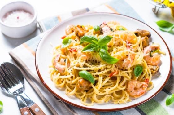 Prepara una receta de spaghetti exótico agregándole mariscos, que le dan un toque exquisito.