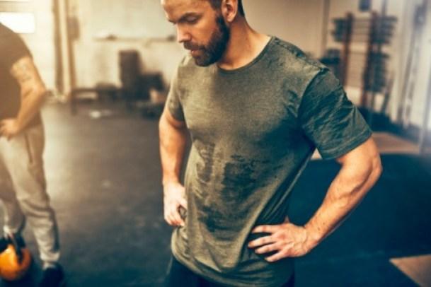 Las personas que están en forma, suelen sudar más. Esto es debido a que un deportista gasta más energía y produce más calor al momento de ejercitarse