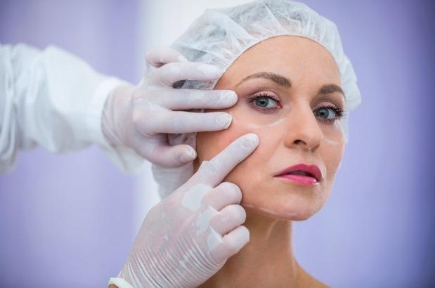 Existen tratamientos antienvejecimiento tratamientos menos invasivos, como los que se realizan con láser, luz pulsada intensa y radiofrecuencia