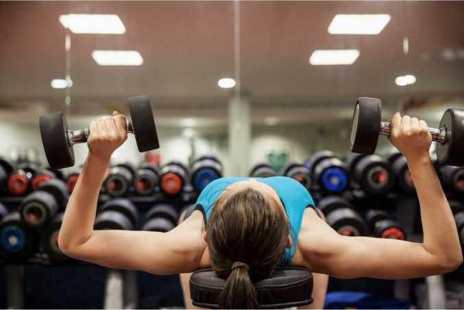 Obtén una espalda ancha con este ejercicio con pesas que trabaja hombros, tríceps y dorsales.