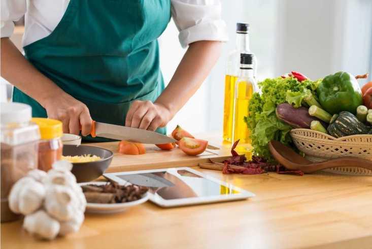Para bajar de peso deja de gastar en el delivery, pon manos a la obra y empieza a preparar tu propia comida.