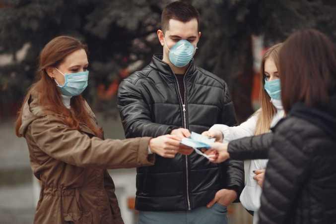 Para disminuir los contagios es prioridad usar cubrebocas de alta calidad bien adherido al rostro, ya que el virus se transmite por la vía respiratoria.