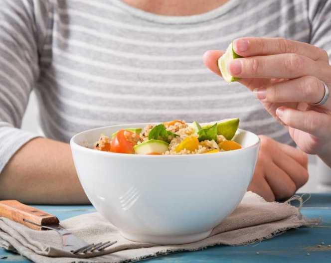 Al estar enriquecida con fibra soluble, uno de los beneficios principales de la quinoa es prevenir enfermedades cardiovasculares.