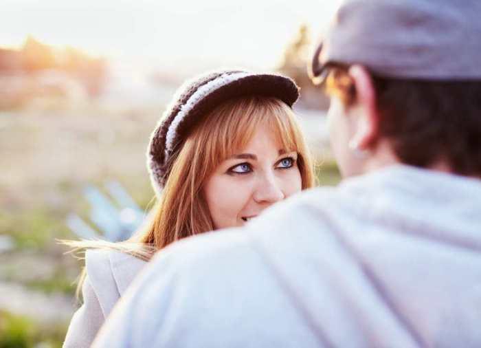 Lo mejor que puedes hacer es mirarla a los ojos y respetar su figura hasta que tengas el consentimiento de hacerlo.