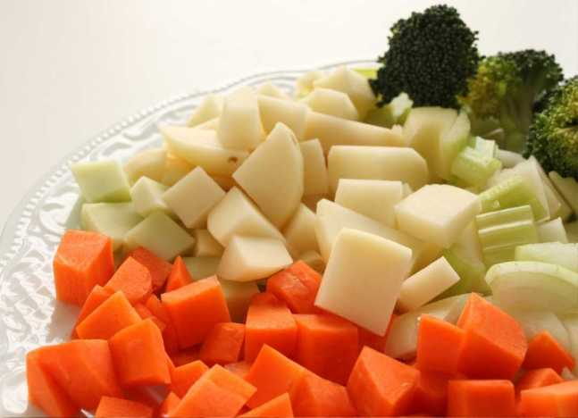 Agrega zanahoria a tus ensaladas, ya que contiene vitamina liposolubles, cuya función es la formación y el mantenimiento de dientes sanos.