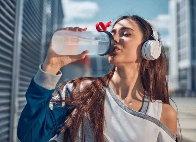 Al mantenernos hidratados evitamos que nuestro cerebro nos envié señales de antojos de comida salada, cuando en realidad lo que nos hace falta son electrolitos.