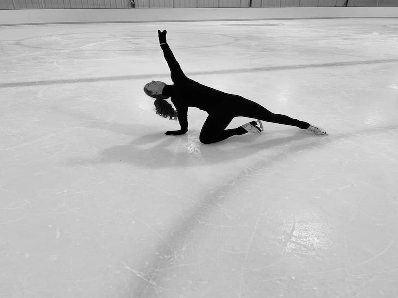 american-ice-theatre-chicago-kayla-grayson-side-bend (1)