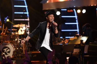 Rayvon Owen performs on AMERICAN IDOL
