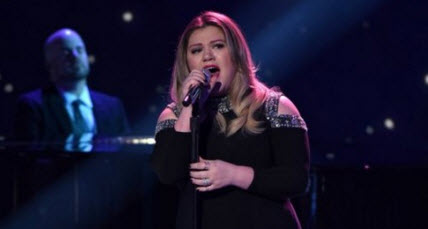 "Kelly Clarkson performs ""Piece by Piece"" on American Idol 2016"
