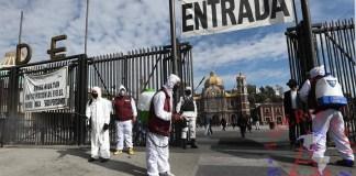 Peregrinos pasan por filtros sanitarios este viernes, a su llegada a la Basílica de Guadalupe en Ciudad de México. EFE/Mario Guzmán