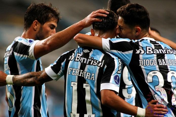 Aldemir dos Santos Ferreira (c) de Gremio celebra un gol con sus compañeros