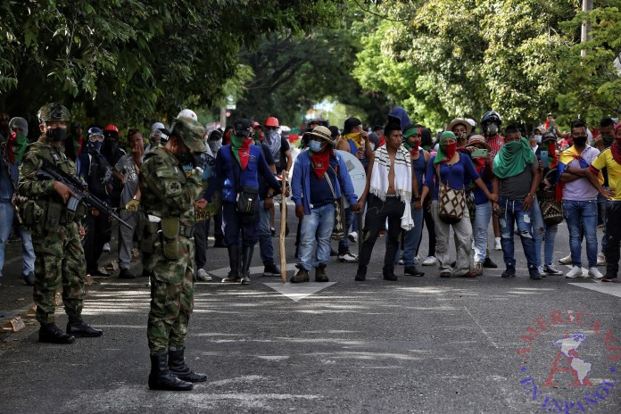 Soldados prestan seguridad en medio de una manifestación de indígenas en Cali