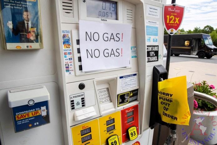 Estacion de Gasolina con aviso NO GASOLINA