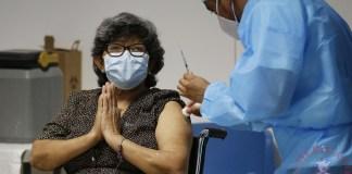 nriqueta Martínez (66) reacciona al recibir la vacuna de la farmacéutica Sinovac contra la covid-19
