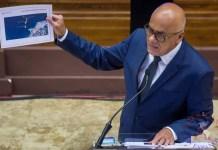 El presidente de la Asamblea Nacional de Venezuela, Jorge Rodríguez, muestra hoy evidencia sobre la operación Gedeón