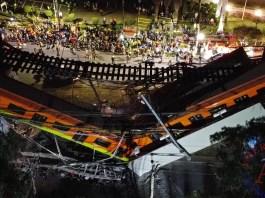 Vista aérea tomada con un drone que muestra el colapso de los vagones del metro esta noche, en la Ciudad de México