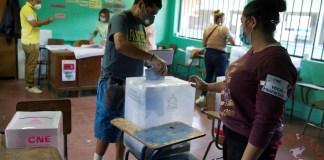 Un hombre ejerce su derecho al voto en Tegucigalpa