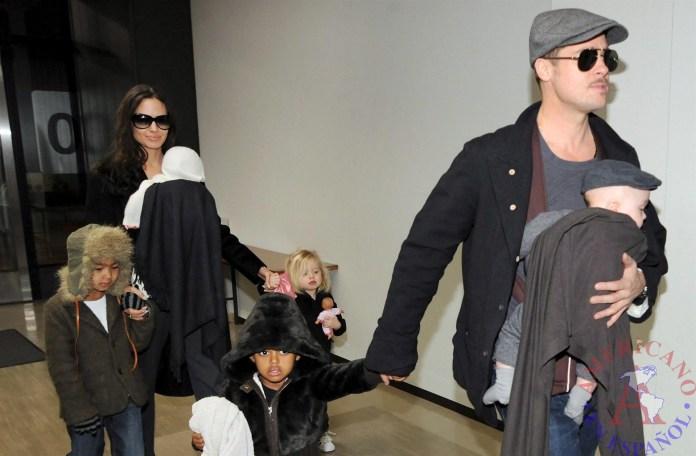 la actriz estadounidense Angelina Jolie (2i) y al actor Brad Pitt (2d) junto a sus hijos Knox (d), Zahara (3d), Vivienne (3i), Maddox (i) y Shiloh
